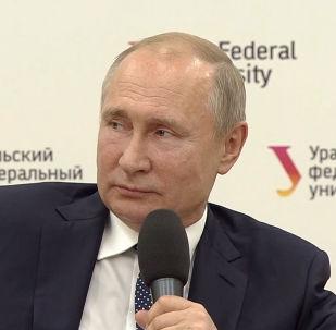 Студентка упала в обморок на встрече с Путиным - видео