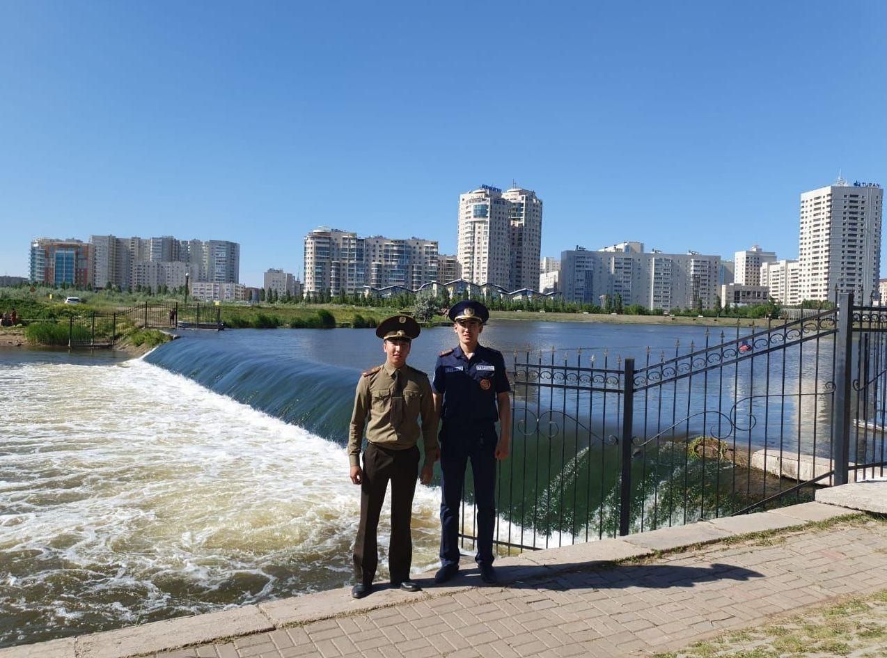 Старший инженер управления по ЧС района Есиль Заку Диас и курсант Кокшетауского технического института Серик Аманжолов