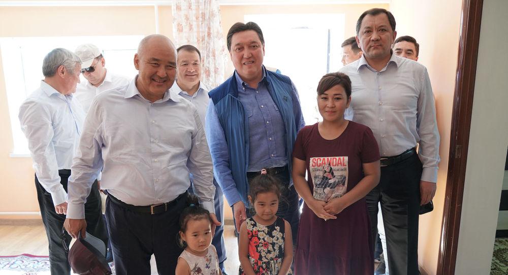 Премьер Асқар Мамин мен Түркістан облысының әкімі Өмірзақ Шөкеев Арыс тұрғынының үйінде болды