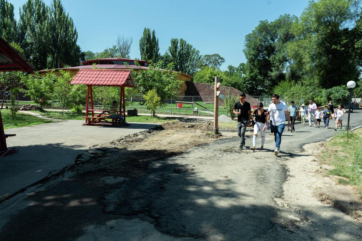 Строительство дорожек для посетителей в зоопарке Алматы