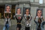 Участники акции протеста с портретами джефри Эпштейна перед зданием Федерального суда в Нью-Йорке