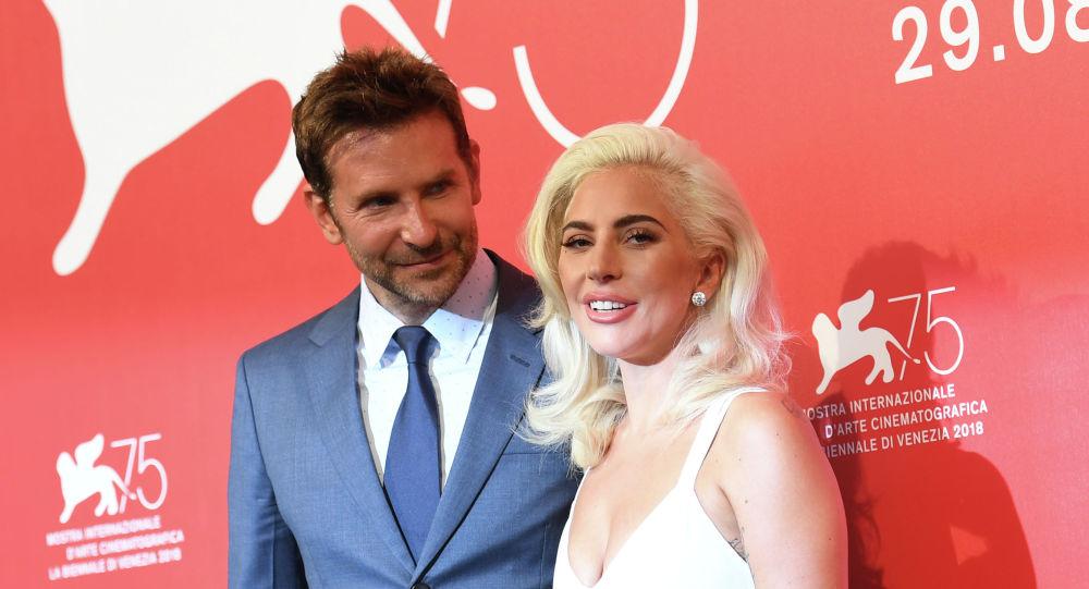 Актер Брэдли Купер и певица Леди Гага на фотосессии фильма Звезда родилась