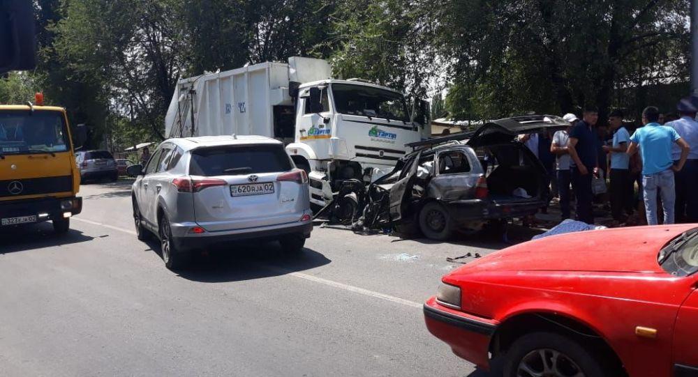 Мусоровоз допустил лобовое столкновение с автомашиной Mitsubishi Lancer