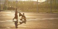 Женщина с ребенком в коляске, архивное фото