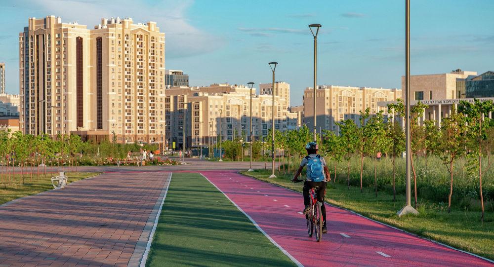 Велосипедист на велодорожке в столице