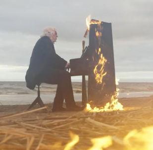 Рукописи не горят, а фортепьяно: пианист сыграл на горящем пианино - видео