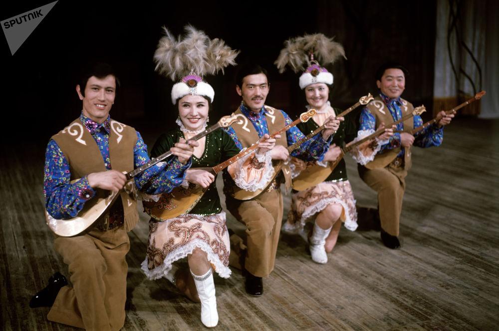 Домбристы Казахского танцевального ансамбля Гульдер во время выступления