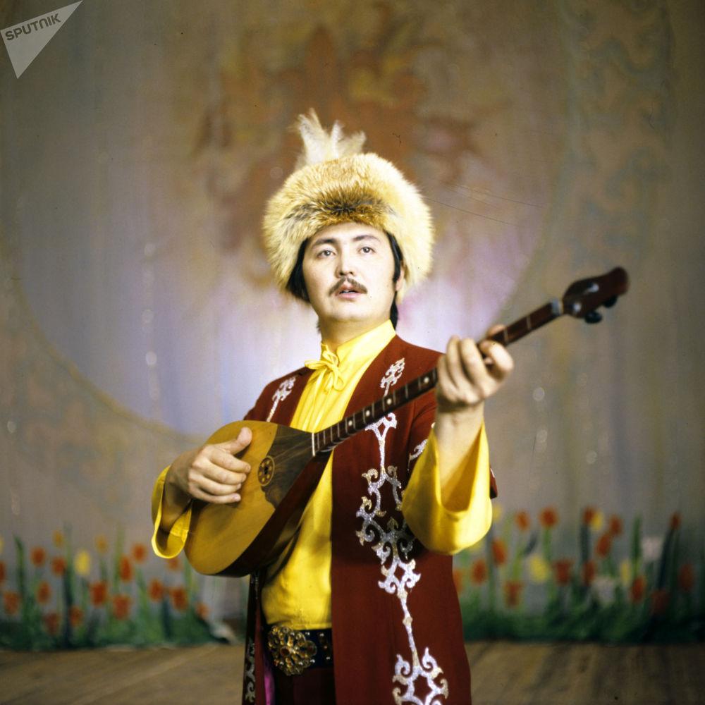 Солист ансамбля Гульдер Кайрат Байбосынов.