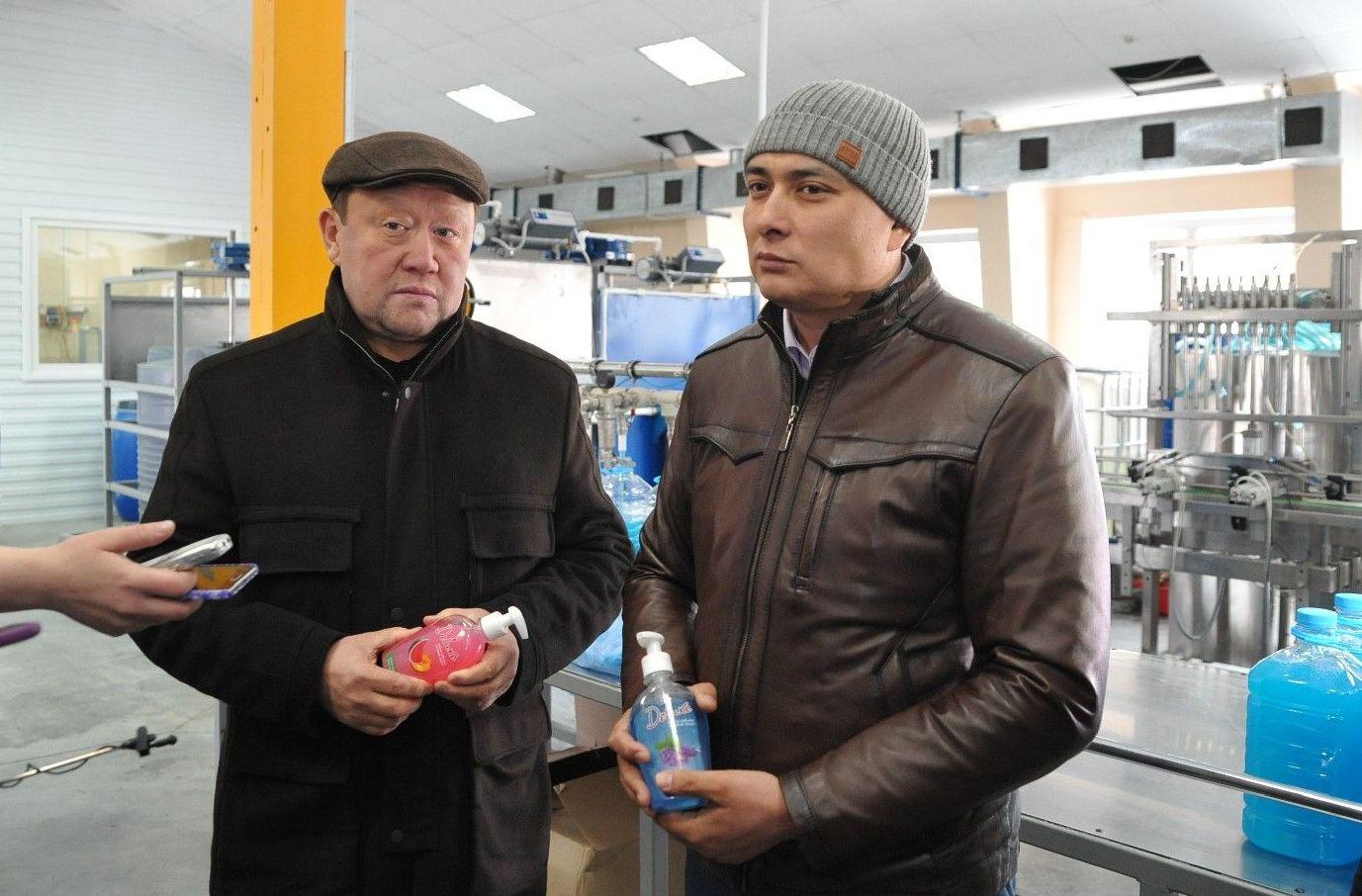 Глава Северо-Казахстанской области Кумар Аксакалов на фабрике по производству мыла