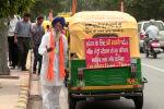 Помоги себе сам: как 76-летний водитель спасает жизни с помощью своей рикши - видео
