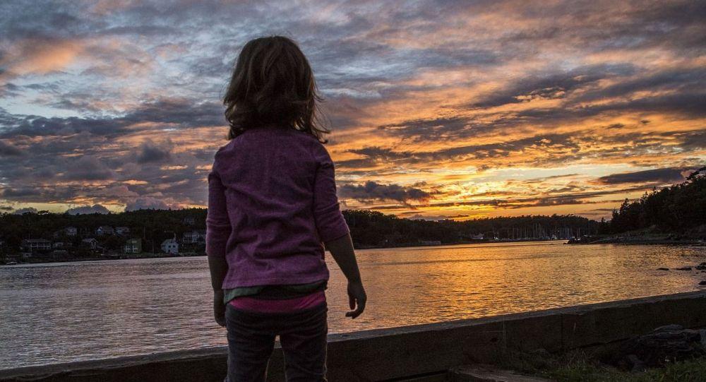 Девочка смотрит вдаль, иллюстративное фото