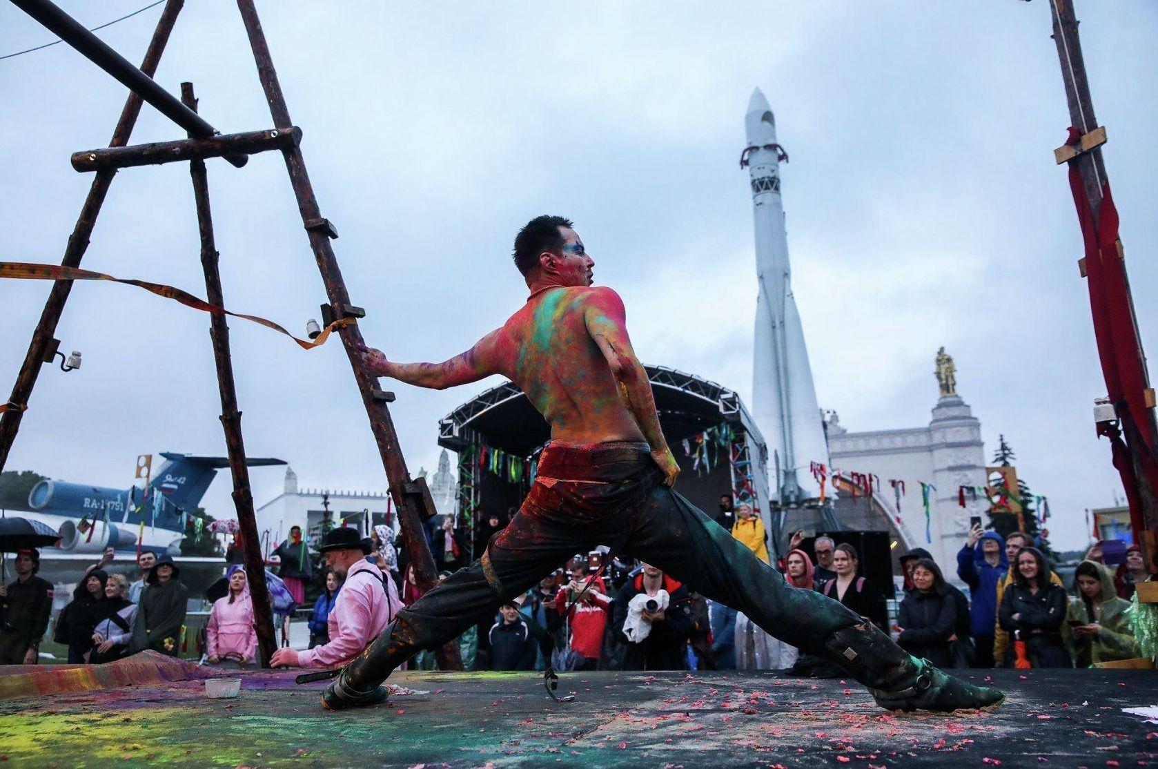 Театр ARTиШОК сыграл спектакль Байконур на фестивале Вдохновение на ВДНХ в Москве