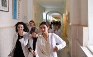 Студенты-медики в учебном заведении, архивное фото
