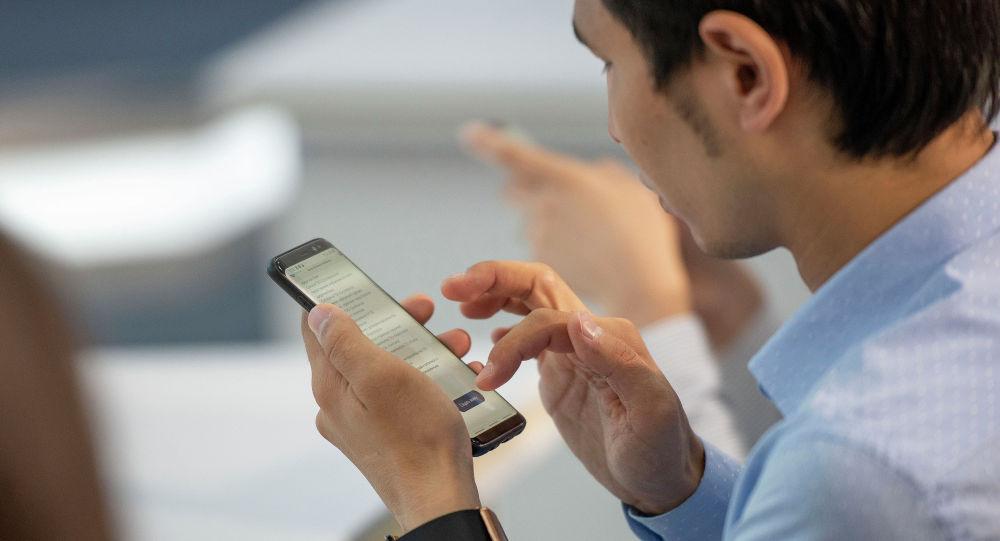 Мобильный телефон в руке, архивное фото