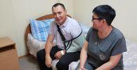 Раненный браконьерами егерь Самат Оспанов с супругой