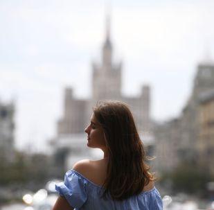 Девушка отдыхает на Триумфальной площади в Москве