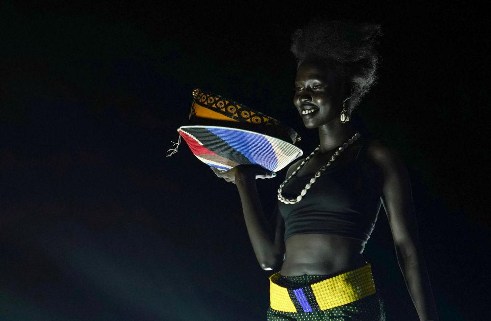 Участница  во время конкурса красоты Мисс мира в Южном Судане в Джубе, Южный Судан