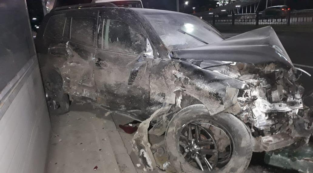 Лэнд Крузер снес ограждение и врезался в Тойоту Короллу