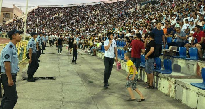 Ордабасы - Млада Болеслав футбол матчы кезінде жанкүйер алаңға жүгіріп шықты