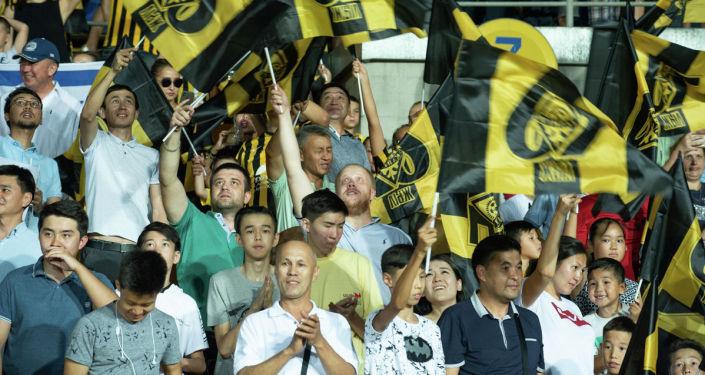 Болельщики на стадионе во время футбольного матча Кайрат   - Хапоэль