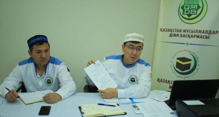Председатель хадж-миссии наиб муфтий Алау Адильбаев и его заместитель, руководитель аппарата ДУМК Гылымбек Мажиев