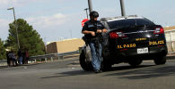 Полицейский возле торгового центра, где произошла стрельба