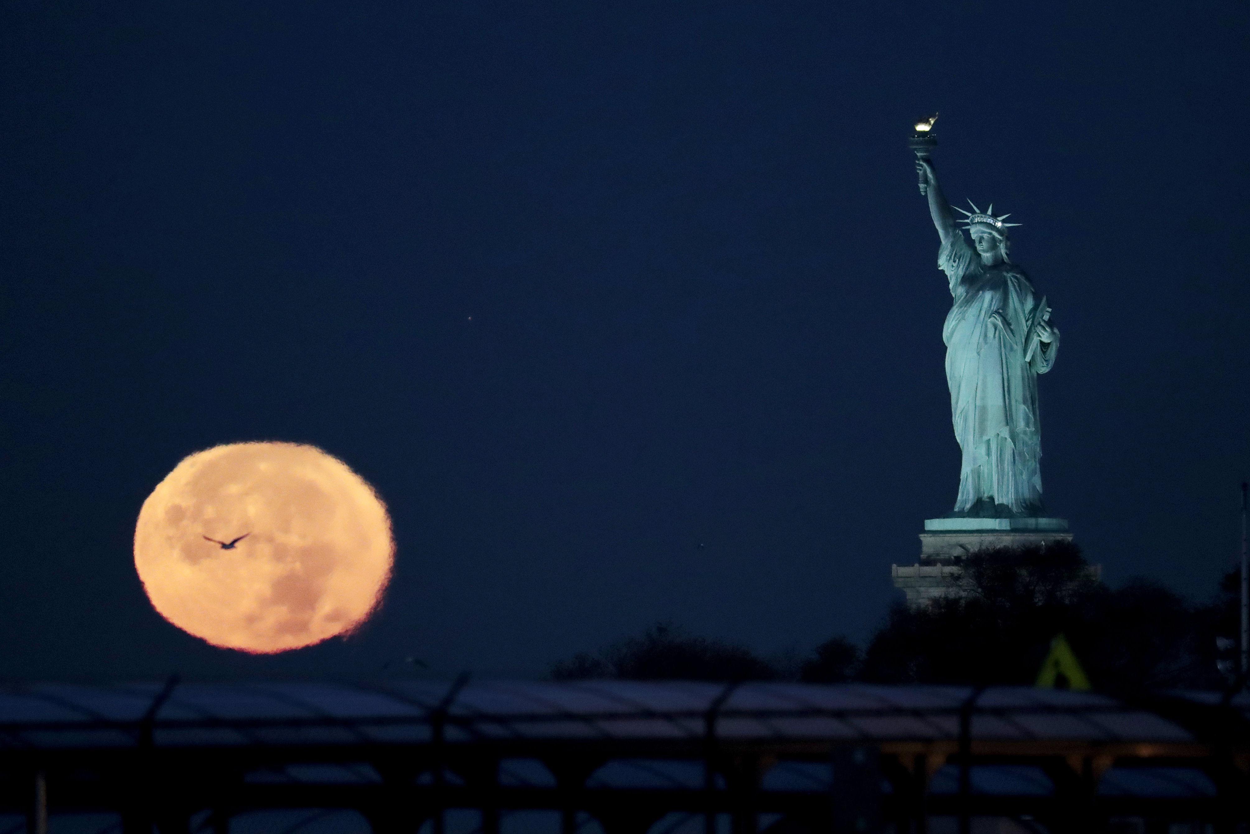 Суперлуние в Нью-Йорке