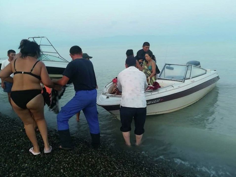 Отдыхающие на Алаколе провели ночь на острове из-за шторма