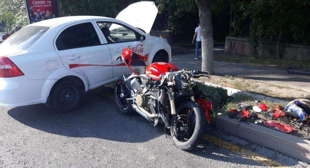 Мотоцикл Дукати врезался в легковушку на пр. Достык