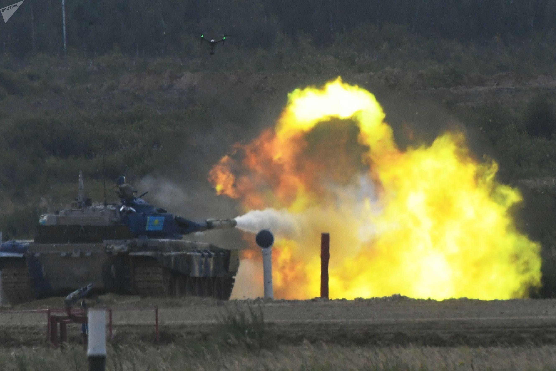 Команда танкистов из Казахстана ведет огонь по мишеням