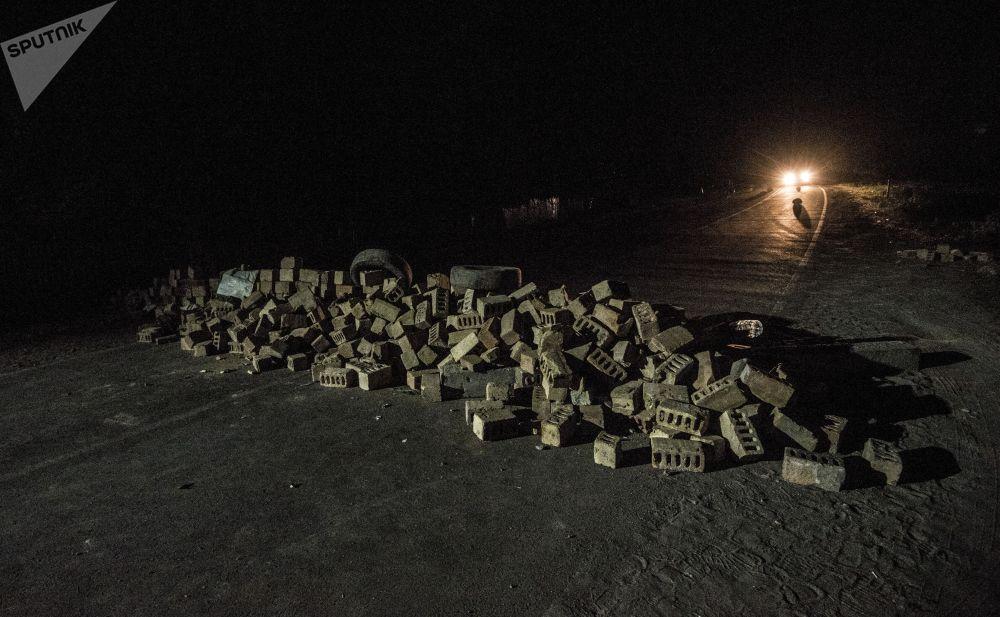 Баррикады из кирпичей и автомобильных покрышек неподалеку от резиденции экс-президента Кыргызстана Алмазбека Атамбаева в селе Кой-Таш, где прошла спецоперация по его задержанию