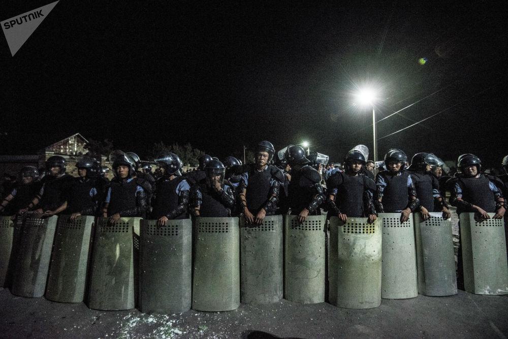 Сотрудники полиции в селе Кой-Таш, где прошла спецоперация по задержанию экс-президента Кыргызстана Алмазбека Атамбаева в его резиденции