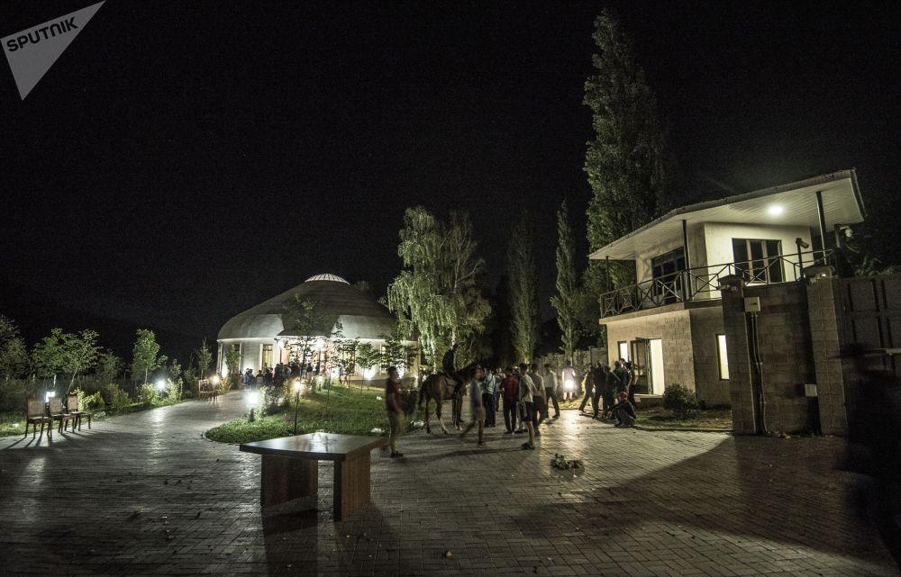 Ситуация около резиденции бывшего президента Киргизии Алмазбека Атамбаева