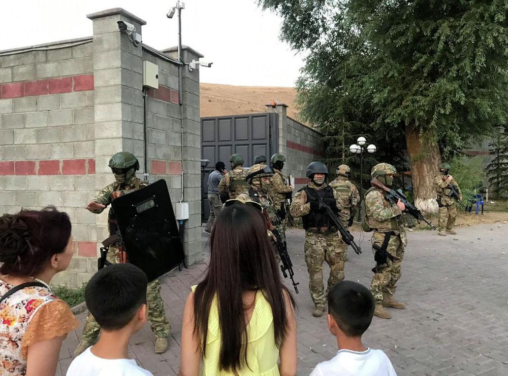 Киргизский спецназ стоит на страже у резиденции бывшего президента Кыргызстана Алмазбека Атамбаева в селе Кой-Таш