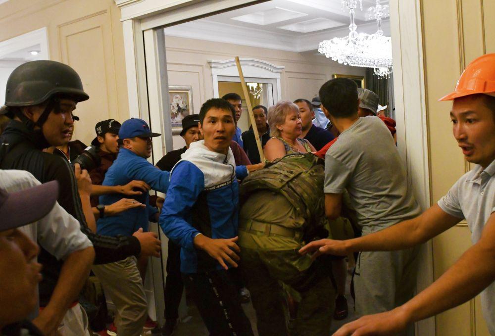 Сторонники экс-президента Кыргызстана Алмазбека Атамбаева захватывают сотрудника спецназа в резиденции Атамбаева в селе Кой-Таш