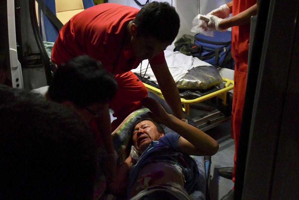 Фельдшер пытается помочь раненому стороннику экс-президента Кыргызстана Алмазбека Атамбаева во время боев с членами спецназа в резиденции Атамбаева в селе Кой-Таш