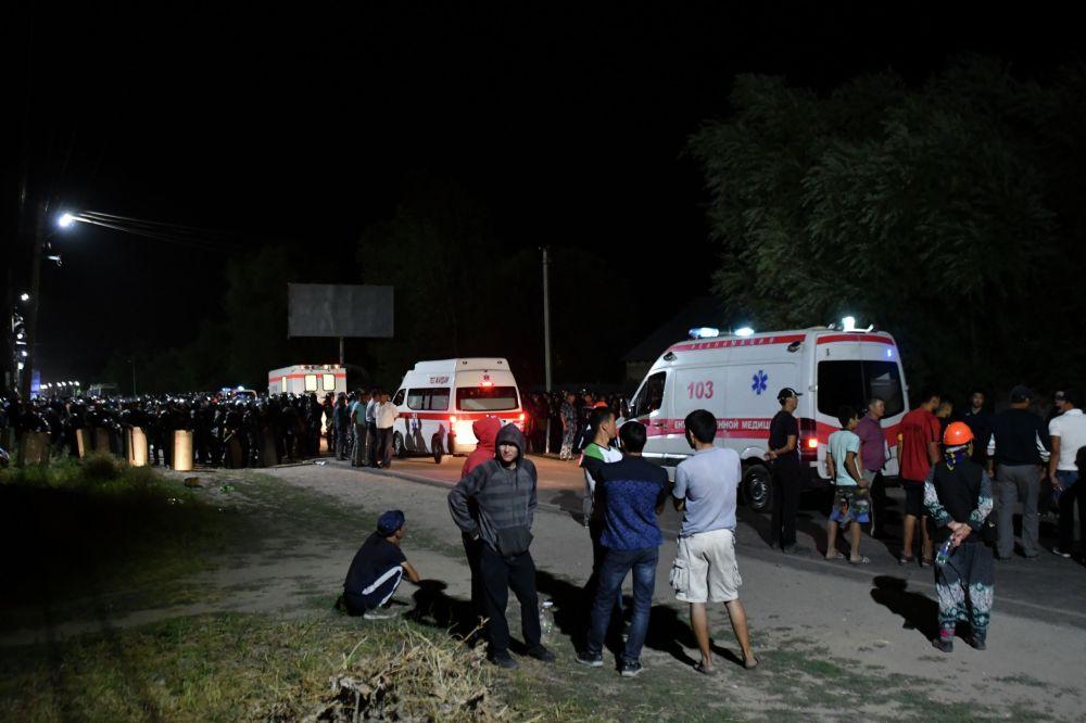 Машины скорой помощи стоят рядом с резиденцией экс-президента Кыргызстана Алмазбека Атамбаева в селе Кой-Таш