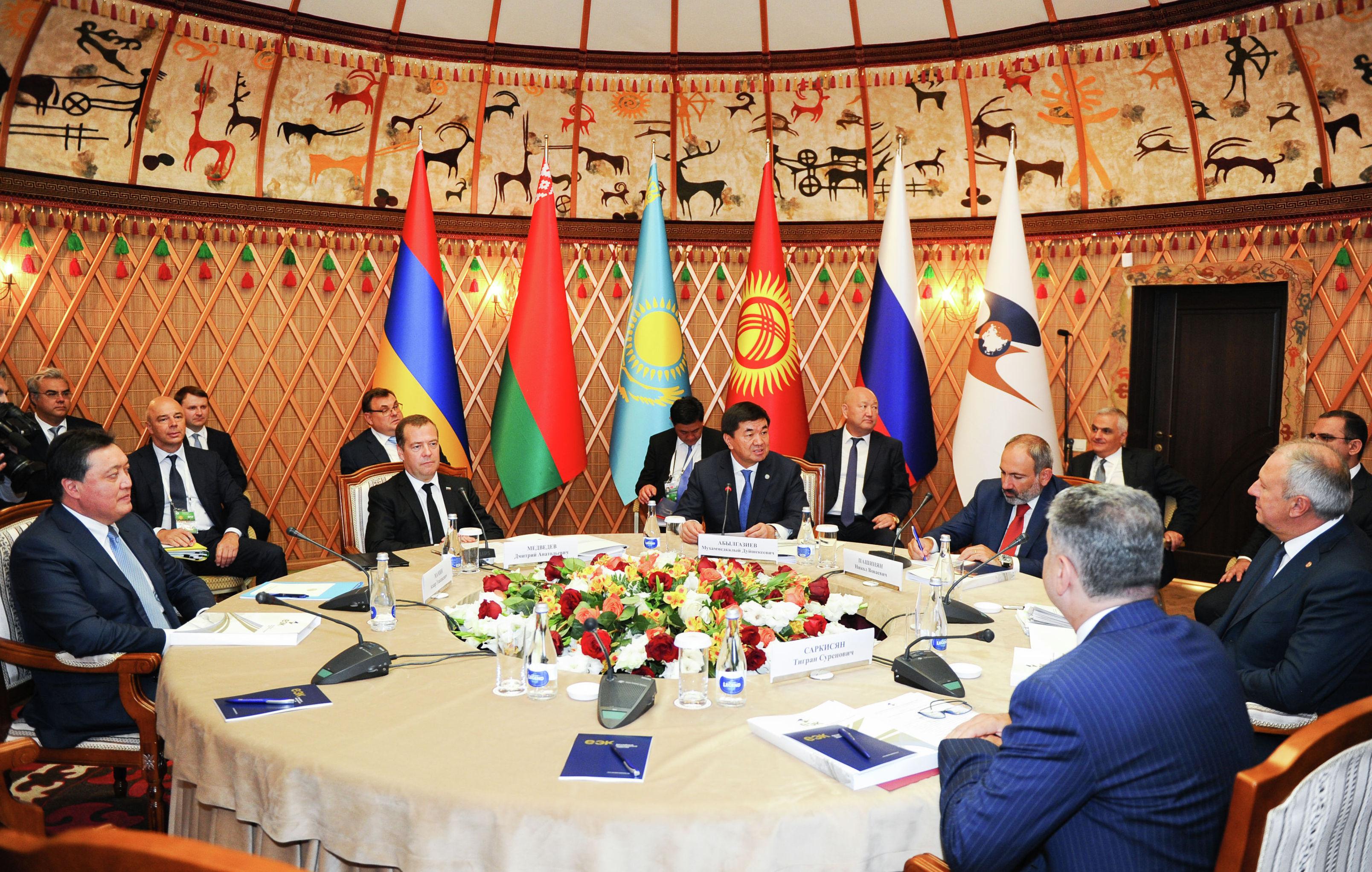 В городе Чолпон-Ата Кыргызстана с участием премьер-министра страны Мухаммедкалыя Абылгазиева проходит очередное заседание Евразийского межправительственного совета Евразийского экономического союза в узком составе
