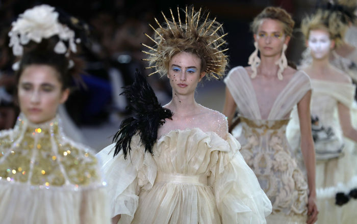 Модель во время показа коллекции Guo Pei Haute Couture осень-зима-2019-2020