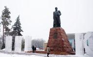 Памятник казахскому поэту Абаю Кунанбаеву перед Дворцом Республики в Алматы