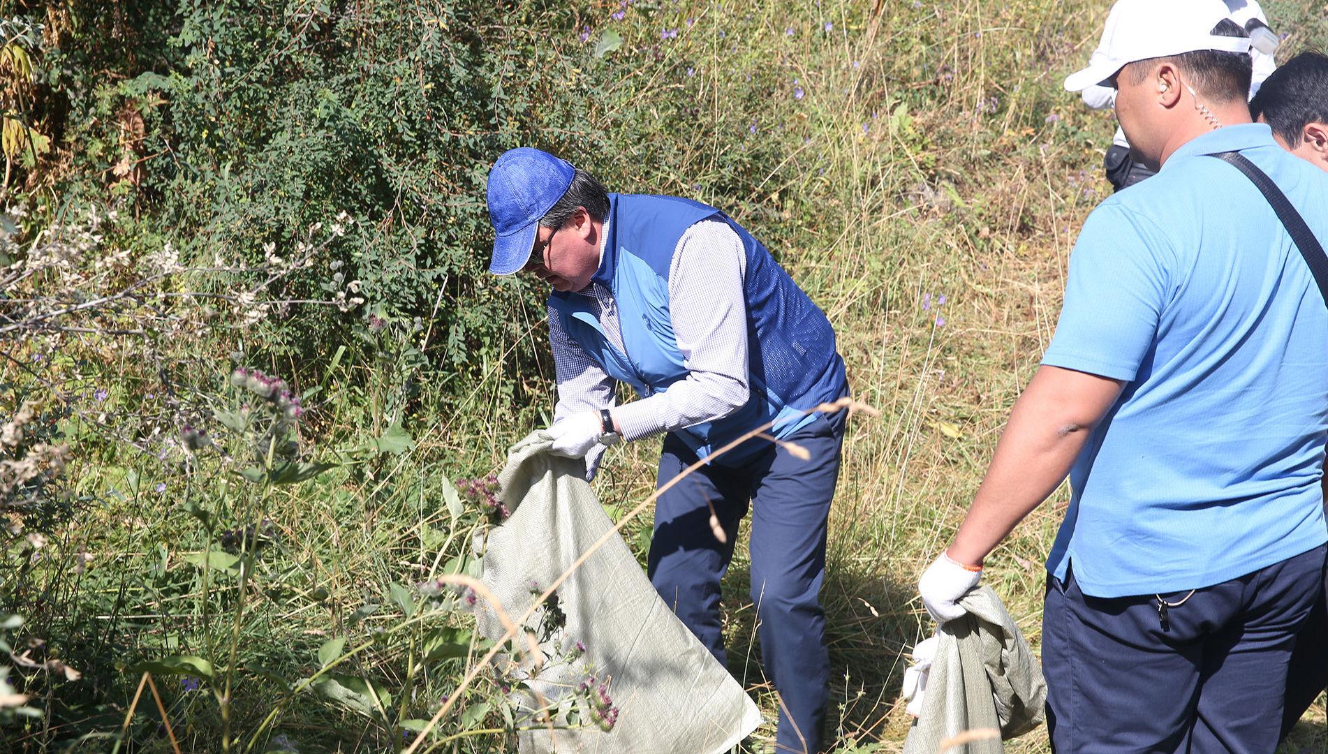 Премьер-министр Аскар Мамин принял участие в уборке территории в ущелье Аюсай