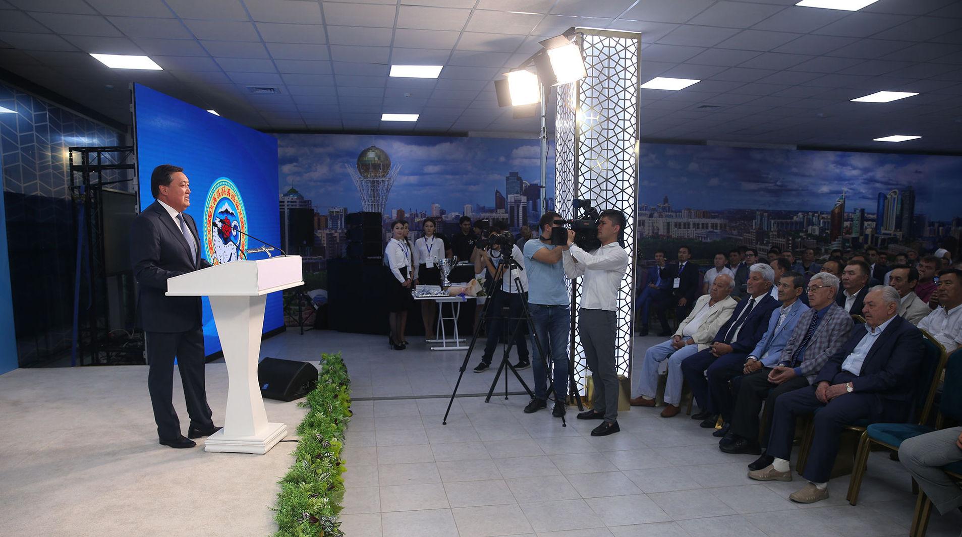 Глава правительства Аскар Мамин посетил Центр урбанистики, авиаремонтный завод № 405, ознакомился с новым проектом застройки Алматы