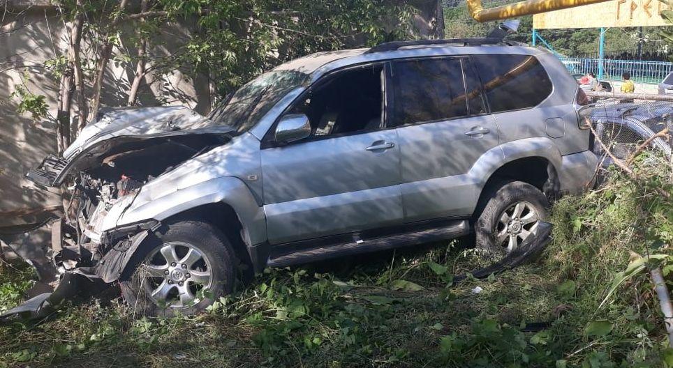 Внедорожник слетел в кювет на трассе в ущелье Алма-Арасан