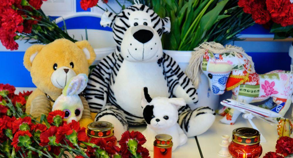 Цветы, свечи, игрушки, иллюстративное фото