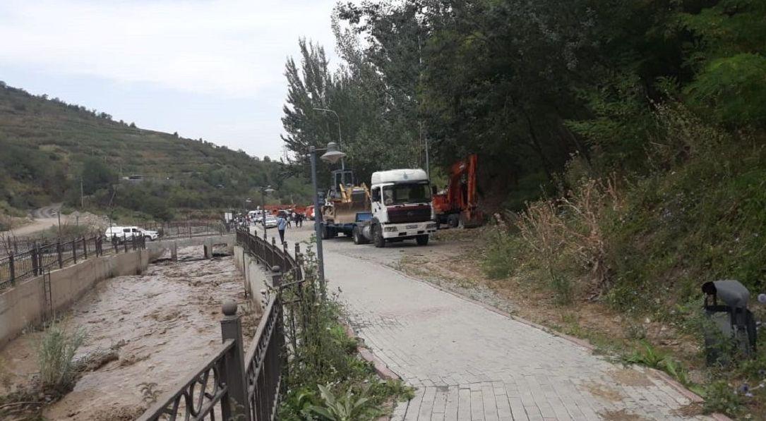 Сотрудники ДЧС проводят работу по увеличению пропускной способности русла реки