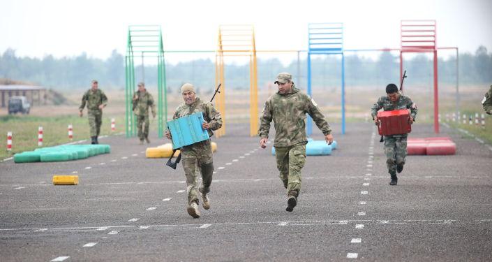 В эстафете снайперам пришлось преодолеть полосу препятствий, чтобы добраться до огневого рубежа