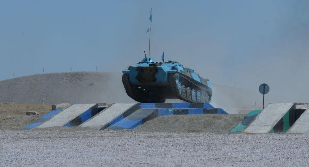 Казахстанские артиллеристы проходят преграду в виде калейного моста