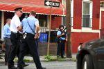 Полицейский с штурмовой винтовкой контролирует деятельность отвечающих на стрельбу 14 августа 2019 в Филадельфии, Пенсильвания