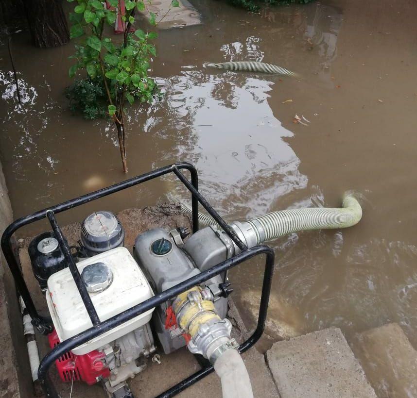 Работающая помпа для выкачивания воды