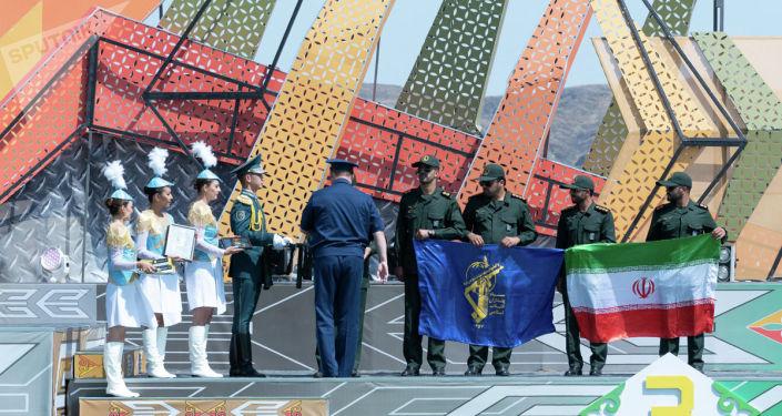 Процесс награждения участников соревнований в международных Армейских играх-2019 на церемонии закрытия, проходившей на полигоне 40-й военной базы Отар